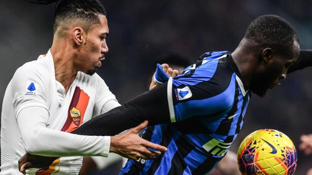 Lukaku fights for the ball with Smalling