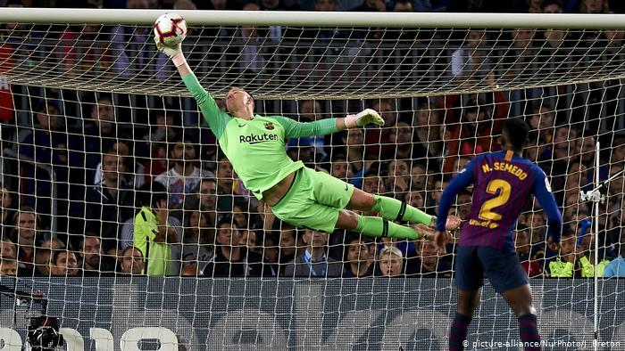 Barcelona GK extends contract