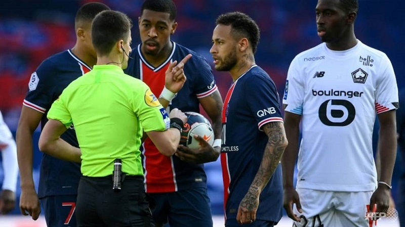 Neymar sees red as PSG lose to Lille