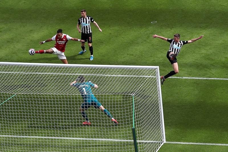 Arsenal beat Newcastle 2-0