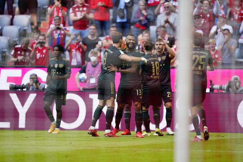Bayern Munich put seven goals past VfL Bochum to go top of the Bundesliga table.